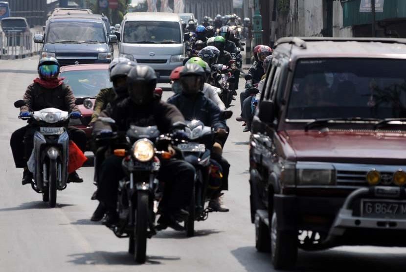 Arus pemudik dengan sepeda motor memasuki perbatasan Jawa Tengah-Jawa Barat di Kabupaten Brebes, Jawa Tengah, Kamis (16/8).  (Aditya Pradana Putra/Republika)