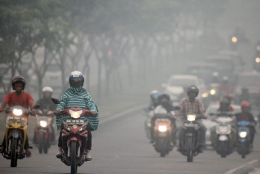 Asap akibat kebakaran hutan di Pekanbaru.