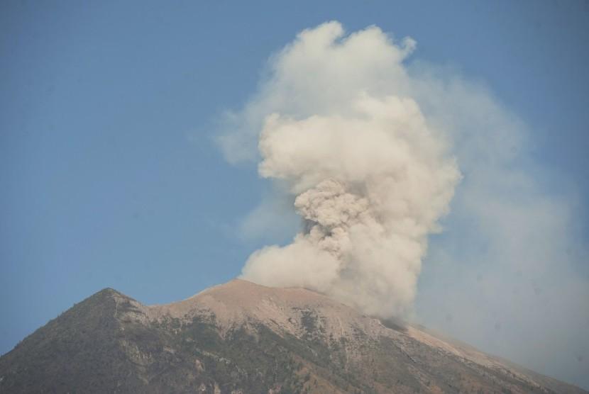 Asap dan abu vulkanik keluar dari kawah Gunung Agung terlihat dari Desa Batuniti, Karangasem, Bali, Rabu (4/7).