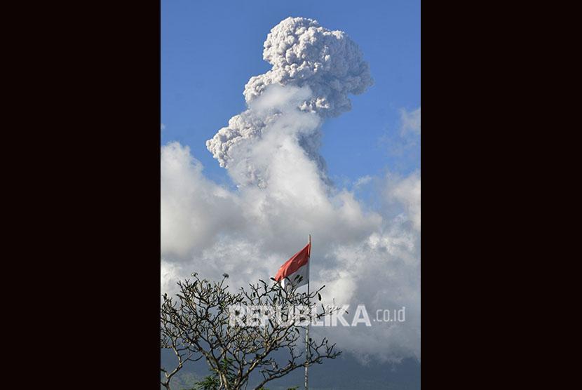 Asap dan abu vulkanis menyembur dari kawah Gunung Agung. (ilustrasi)