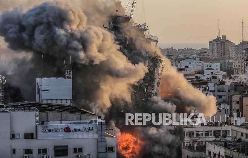 Asap dan api membumbung setelah Israel menyerang menara Al-Shorouq di Kota Gaza, Rabu (12/5). Dilansir dari Aljazirah, Jumat (14/5), dilaporkan bahwa tubuh seorang wanita dan ketiga putranya, yang tewas dalam serangan udara Israel, telah ditemukan di bagian utara Gaza. Korban jiwa terbaru merupakan tambahan dari 109 kematian yang dilaporkan secara resmi, termasuk 28 anak-anak.