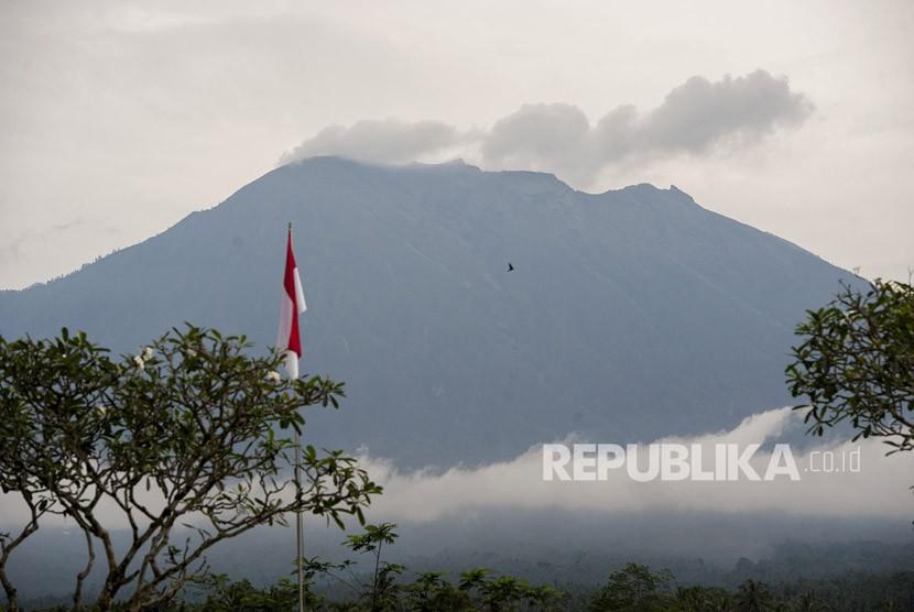 Asap keluar dari kawah Gunung Agung yang masih berstatus awas di Pos Pengamatan Gunung Api Agung, Desa Rendang, Karangasem, Bali, Selasa (23/1).