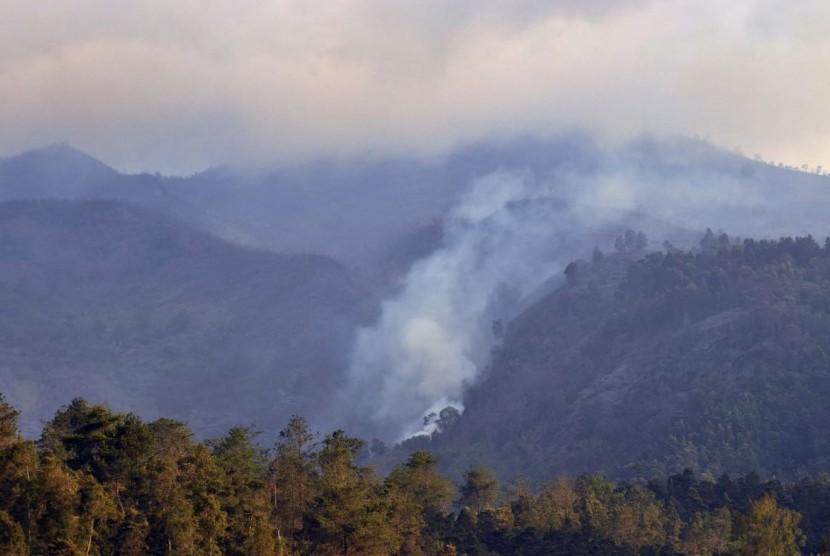 Asap masih mengepul dari hutan gunung Merbabu, di atas Basecamp pendakian Tekelan, di Dusun Tekelan, Desa Batur, Kecamatan Getasan, Kabupatrn Semarang, Selasa (16/10) sore. BNPB akan mendukung uoaya pemadaman api yang membakar lereng Merbabu, dari udara