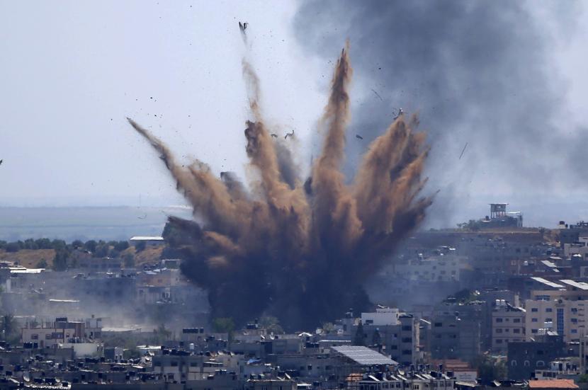 Asap membubung setelah serangan udara Israel di sebuah gedung di Kota Gaza, Kamis, 13 Mei 2021.