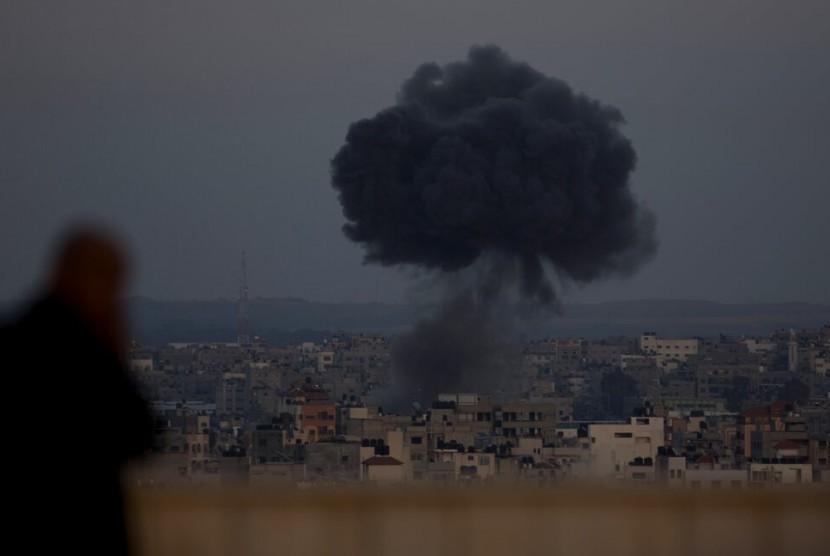 Asap membubung tinggi akibat serangan roket Israel ke Kota Gaza
