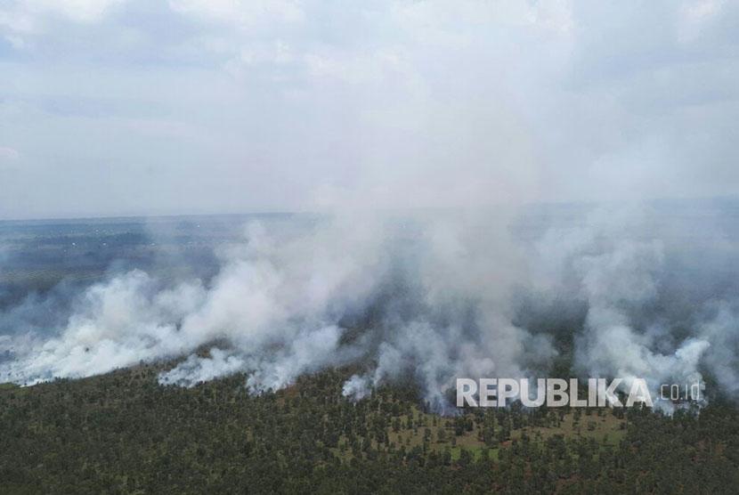 Asap membumbung tinggi dari kebakaran hutan dan lahan yang terjadi di Kabupaten Banjar, Kalimantan Selatan.