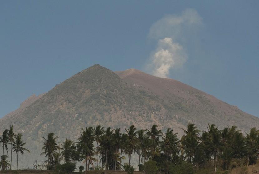 Asap Mengepul Dari Kawah Gunung Agung Yang Berstatus Awas Terlihat Dari Desa Amed Karangasem