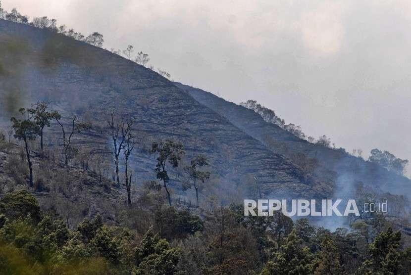 Asap mengepul dari kebakaran hutan gunung Sumbing di Kledung, Temanggung, Jawa Tengah, Senin (17/9).