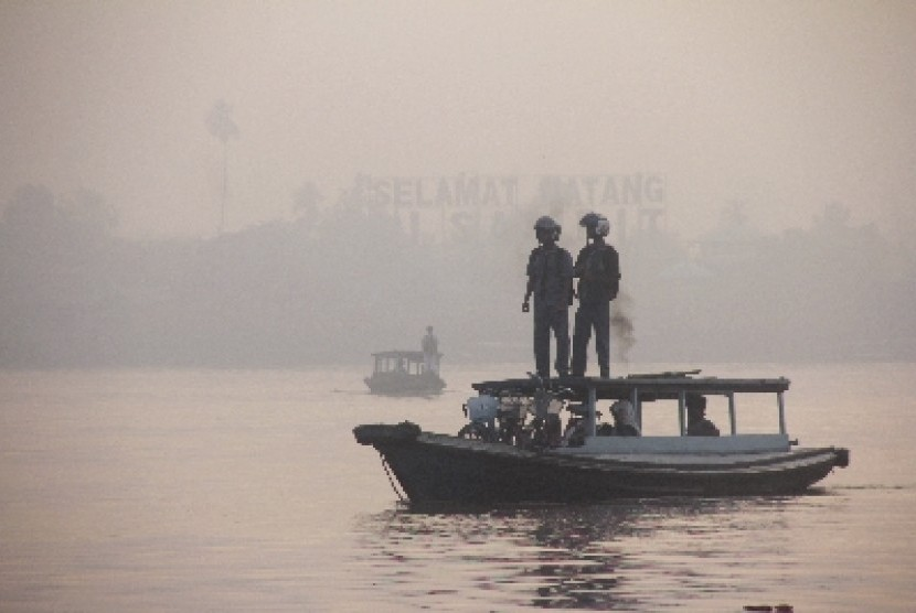 Asap pekat tampak di atas Sungai Mentaya, Sampit, Kalteng.