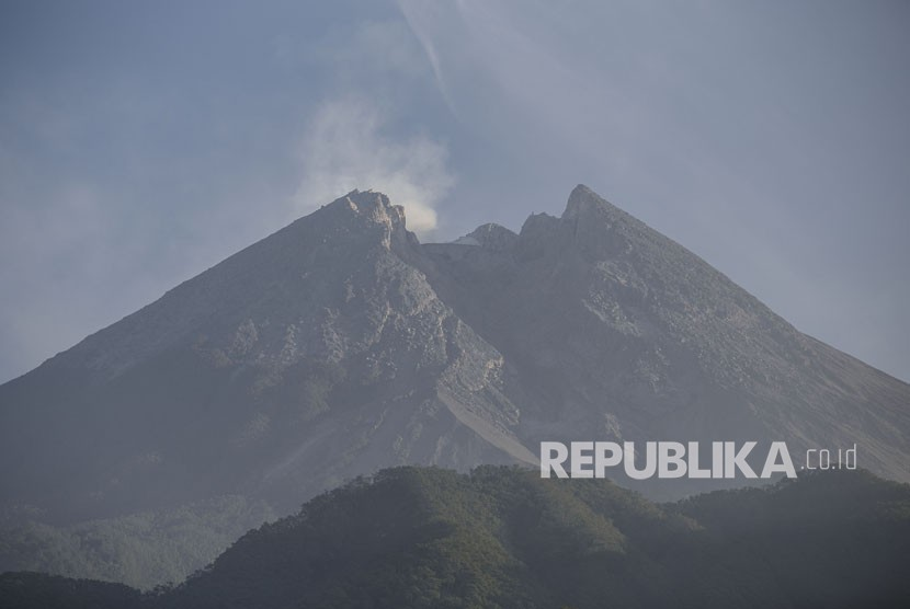 Asap solfatara muncul dari kawah Gunung Merapi terlihat dari Cangkringan, Sleman, DI Yogyakarta, Ahad (3/6).