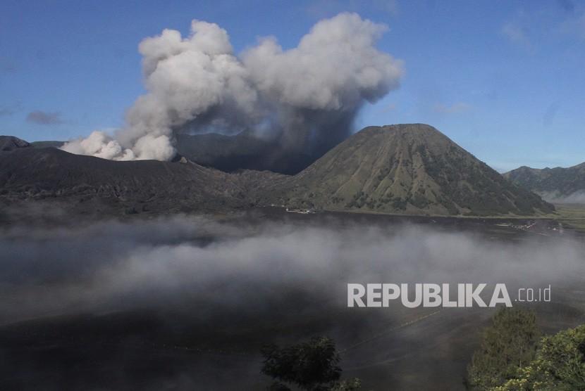 Asap vulkanik terlihat keluar dari mulut kawah Gunung Bromo, Probolinggo, Jawa Timur, Rabu (17/4/2019).
