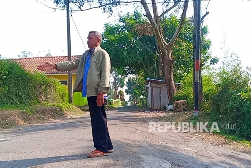 Asep Odik tengah menunjukan lokasi kejadian pria yang membawa senjata api  pistol dan cekcok dengan Hamdan, Ahad kemarin.