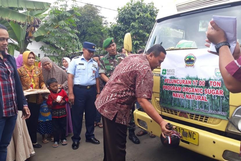Asisten Bidang Ekonomi dan Pembangunan Sekda Purbalingga, Widiyono, melepas truk yang mengangkut gula kristal asal Purbalingga ke Yogyakarta.