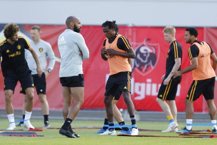 Asisten pelatih Belgia, Thierry Henry, terlihat selama sesi pelatihan di Piala Dunia 2018 sepak bola di Dedovsk, Rusia, Ahad, 8 Juli 2018.