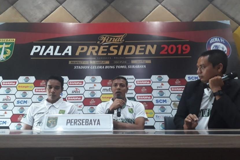Pelatih sementara Persebaya Surabaya Bejo Sugiantoro (tengah).