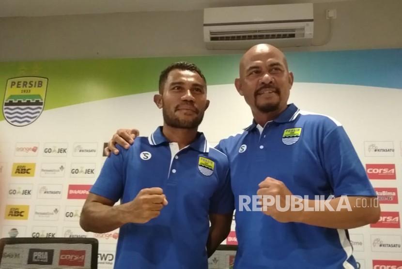 Bek Persib Bandung, Ardi Idrus (kiri).