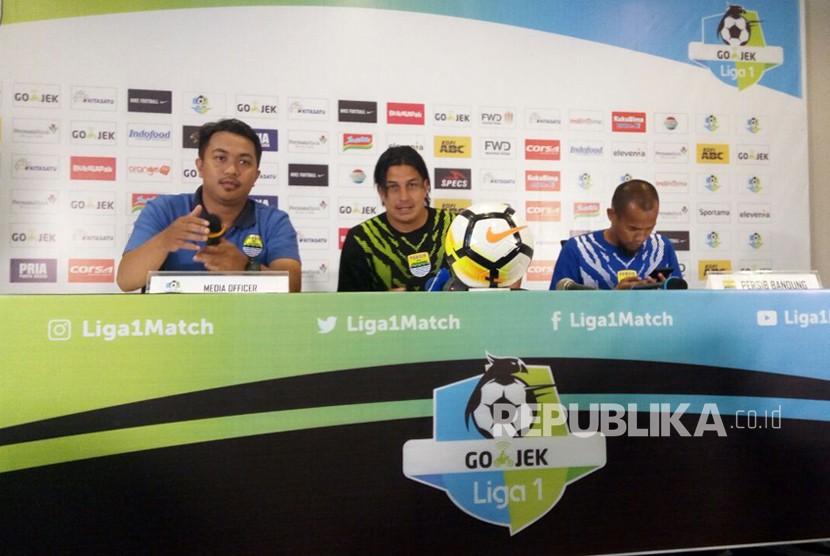 Asisten pelatih Persib Fernando Soler dan kapten Persib Supardi Nasir pada acara konferensi pers pertandingan Liga 1 di Graha Persib, Bandung, Ahad (25/3).