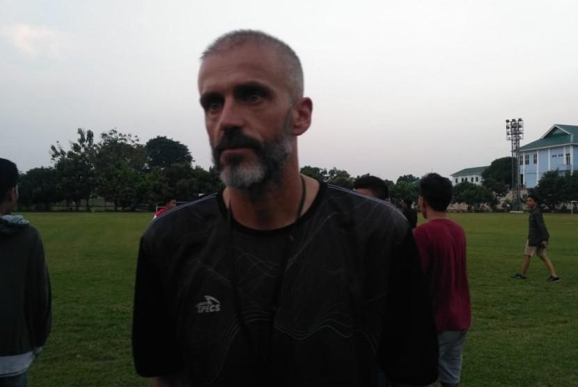 Asisten pelatih Persija Jakarta, Eduardo Perez di Lapangan PSAU TNI Angkatan Udara, Jakarta Timur, Ahad (9/6).