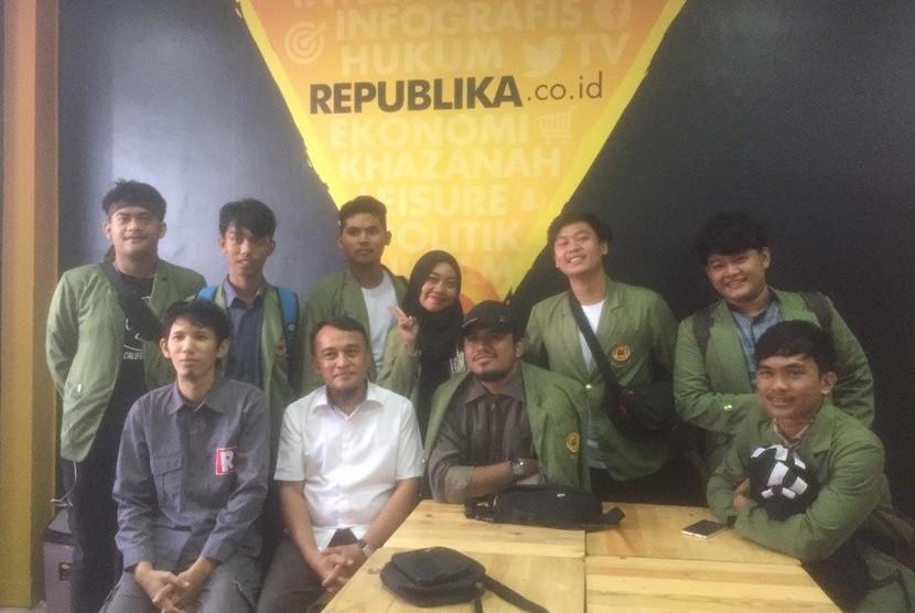 Wartawan Republika Online, Karta Raharja Ucu (kiri bawah) saat menerima kunjungan 25 mahasiswa Program Studi Ilmu Komunikasi FISIP Universitas Djuanda (Unida) Bogor, Rabu (5/12) ke redaksi Republika di Gedung Republika, Pejaten, Jakarta Selatan