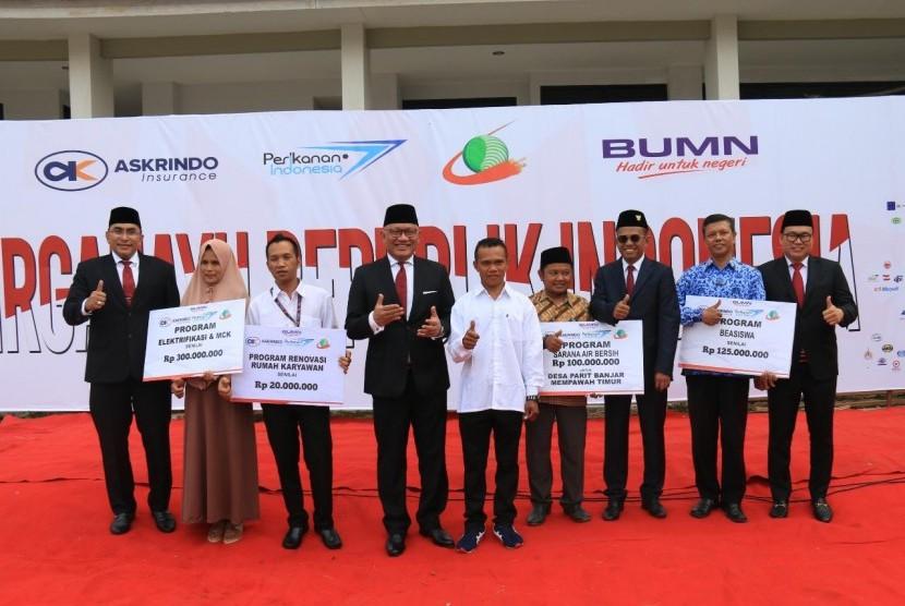 Askrindo, Perum Perindo, dan PTPN XIII memberikan bantuan kepada masyarakat seusai pelaksanaan upacara kemerdekaan di Mempawah, Kalimantan Barat, Sabtu (17/8).