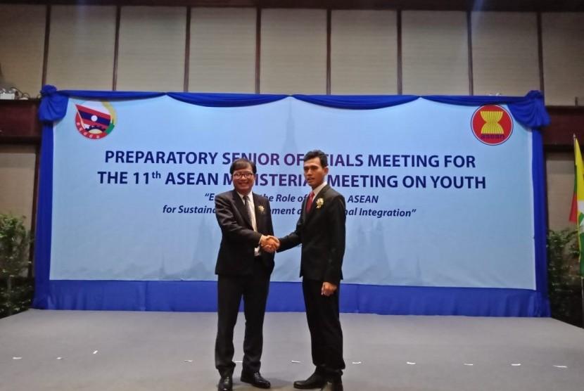 Asrorun Niam Sholeh menyerahkan kepemimpinan ASEAN SOMY kepada Somkiao Kingsada