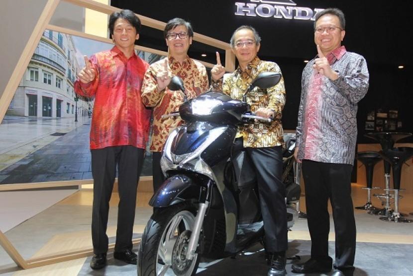 Astra Honda Motor (AHM) meluncurkan skutik premium bergaya Eropa, Honda SH150i di ajang Indonesia International Motor Show 2017, Jakarta, Kamis (27/4).