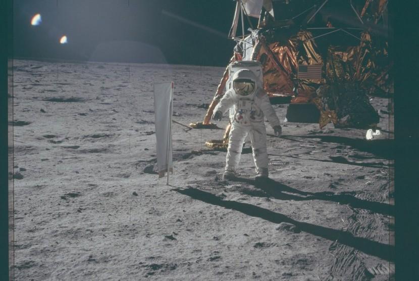 Astronaut NASA mendarat di permukaan bulan dalam misi Apollo 11.