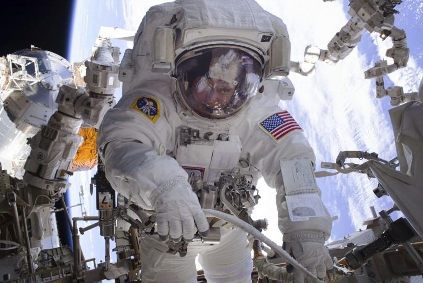 Astronot Peggy Whitson bekerja di pesawat luar angkasa di luar Stasiun Luar Angkasa Internasional (ilustrasi).