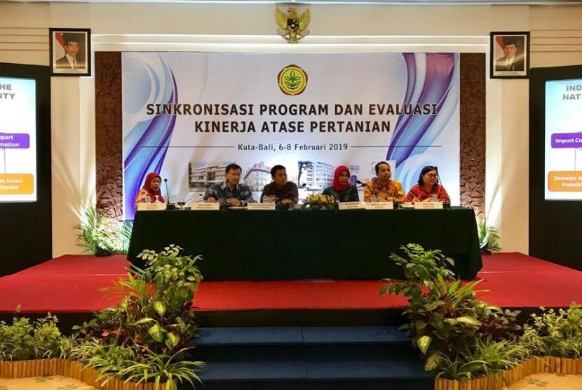 Atase Pertanian (Atani) dalam Kegiatan Sinkronisasi Program dan Evaluasi Kinerja Atase Pertanian yang dihadiri oleh 120 peserta  yang terdiri dari Atase Kementan serta dari berbagai K/L, Asosiasi, Akademisi dan pelaku usaha pertanian, di Bali, Kamis (7/2).