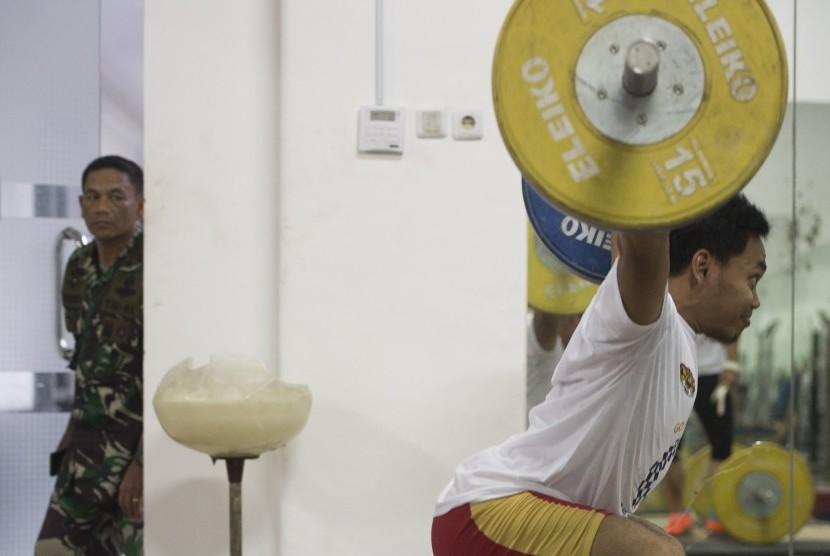 Atlet angkat besi peraih Emas Olimpiade Eko Yuli latihan di pemusatan pelatihan nasional (Pelatnas) cabang olahraga angkat besi di Markas Komando Pasukan Marinir II, Jakarta, Jumat (17/11).