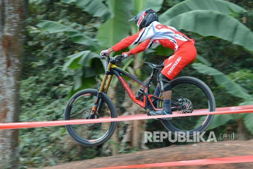 Atlet Balap Sepeda Indonesia Khoiful Mukhib tampil di Seeding Run Men Elite Downhill Asian Games 2018 Mountainbike, di Khe Bun Hill, Kabupaten Subang, Senin (20/8).