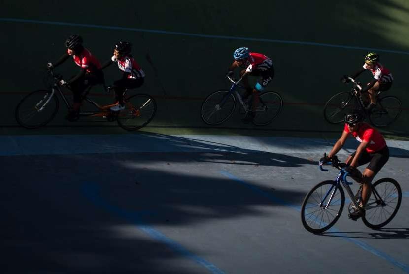 Atlet balap sepeda National Paralympic Committee (NPC) mengikuti pemusatan latihan Pelatnas Asian Para Games Balap Sepeda di Velodrome, Manahan, Solo, Jawa Tengah, Jumat (6/7). Asian Para Games akan digelar pada 6-13 Oktober 2018 di Gelora Bung Karno (GBK), Jakarta International Velodrome, dan JIExpo.