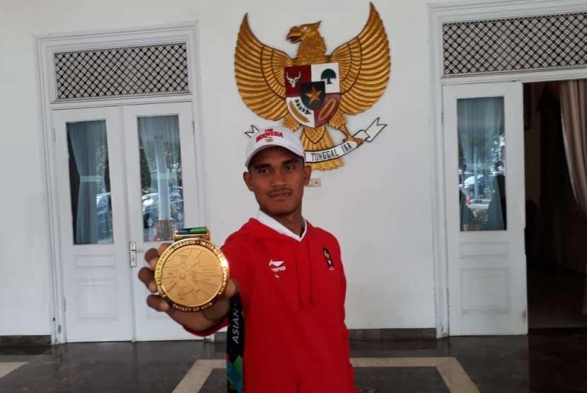 Atlet dayung Ujang Hasbulloh (23) yang bersama timnya meraih emas di Asian Games disambut sederhana di Pendopo Kabupaten Sukabumi, Jawa Barat Jumat (31/8). Atlet dayung putra asal selatan Sukabumi ini kini tercatat mewakili Kota Bandung