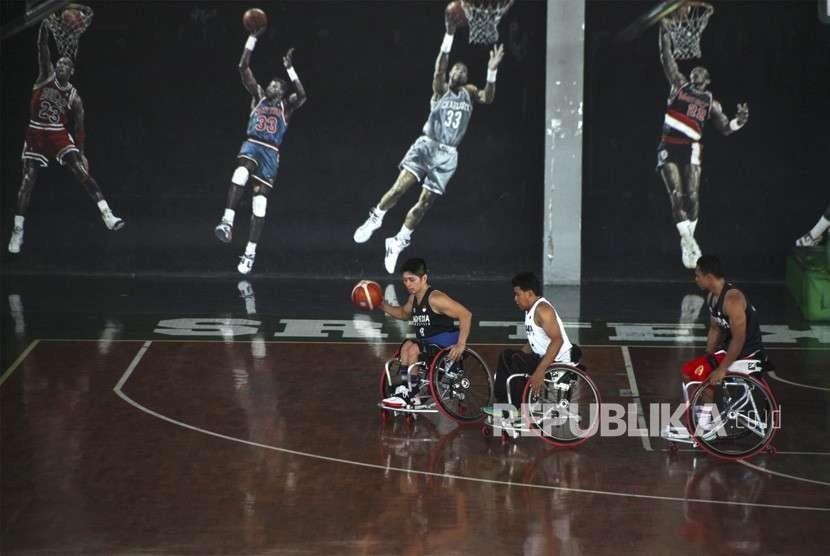 Atlet disabilitas cabang Wheelchair Basketball Indonesia mengikuti pemusatan latihan Asian Para Games di GOR Sritex Solo, Jawa Tengah, Rabu (26/9).