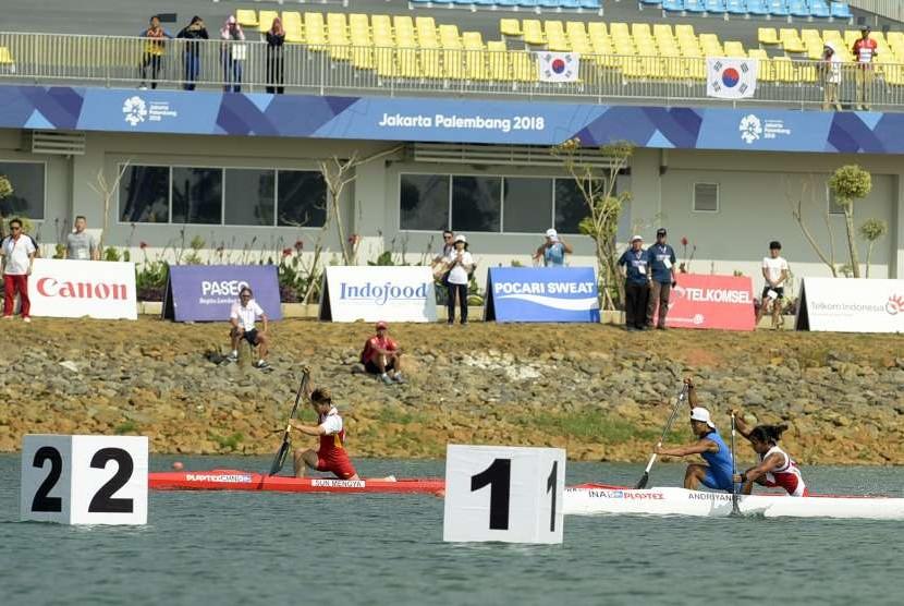 Atlet Indonesia Riska Andriyani (kanan) menuju garis finis pada penyisihan nomor kano sprint tunggal putri 200 meter Asian Games.