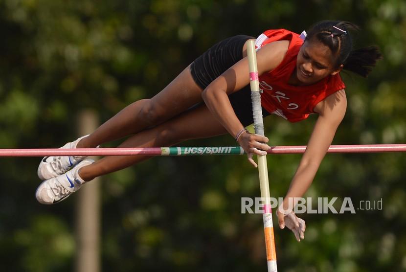 Atlet lompat galah putri DKI Jakarta Diva Renata.