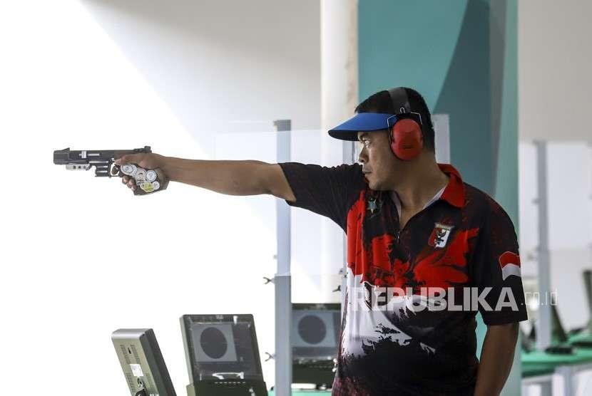 Atlet menembak Indonesia Totok Trimartanto berlatih menembak menggunakan pistol jarak 25 meter di arena menembak Jakabaring Sport CIty (JSC), Palembang, Sumatra Selatan, Selasa (14/8).