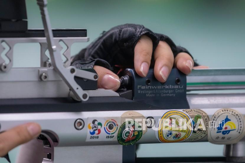 Atlet menembak Sumatera Selatan Fidella Puspa Dewi berlatih di Jakabaring Shooting Range, Jakabaring Sport City (JSC), Palembang, Sumatera Selatan, Jumat (10/9/2021). Tim menembak Sumatera Selatan menyiapkan 12 atlet untuk bertanding di PON XX/2020 Papua pada bulan Oktober mendatang dan menargetkan dua medali emas.