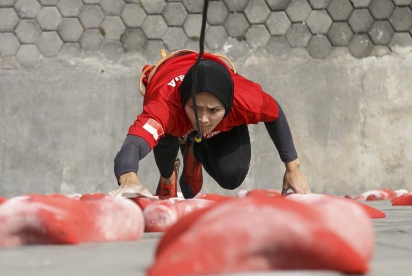 Atlet panjat tebing Indonesia Aries Susanti Rahayu mengikuti Pelatnas di Arena Panjat Tebing Mandala Krida, DI Yogyakarta, Senin (4/6).