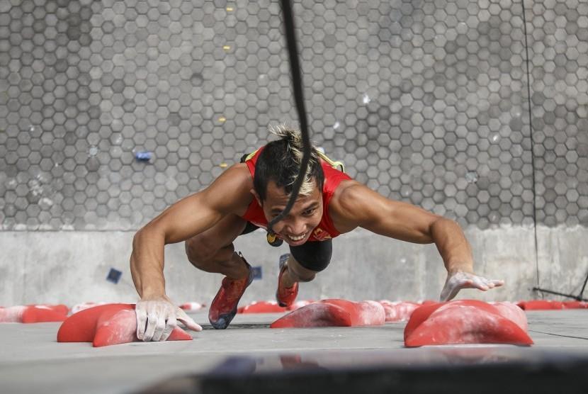 Atlet panjat tebing Indonesia Aspar Jaelolo mengikuti Pemusatan Latihan Nasional (Pelatnas) di Arena Panjat Tebing Mandala Krida, DI Yogyakarta, Senin (4/6).