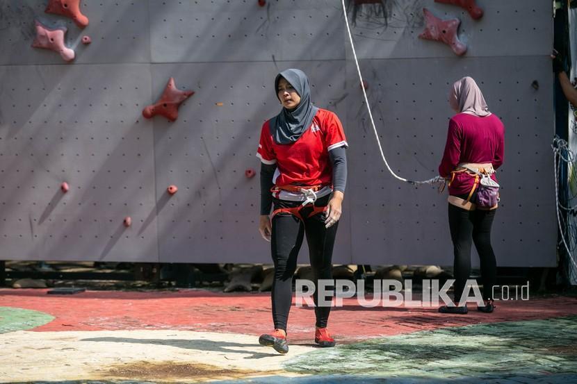 Atlet panjat tebing Jawa Tengah Aries Susanti Rahayu berlatih di arena panjat tebing Jatidiri, Semarang, Jawa Tengah, Jumat (20/8/2021). Tim cabang olahraga panjat tebing Jawa Tengah menargetkan medali emas pada nomor speed beregu dan speed perorangan di Pekan Olahraga Nasional (PON) XX Papua mendatang.