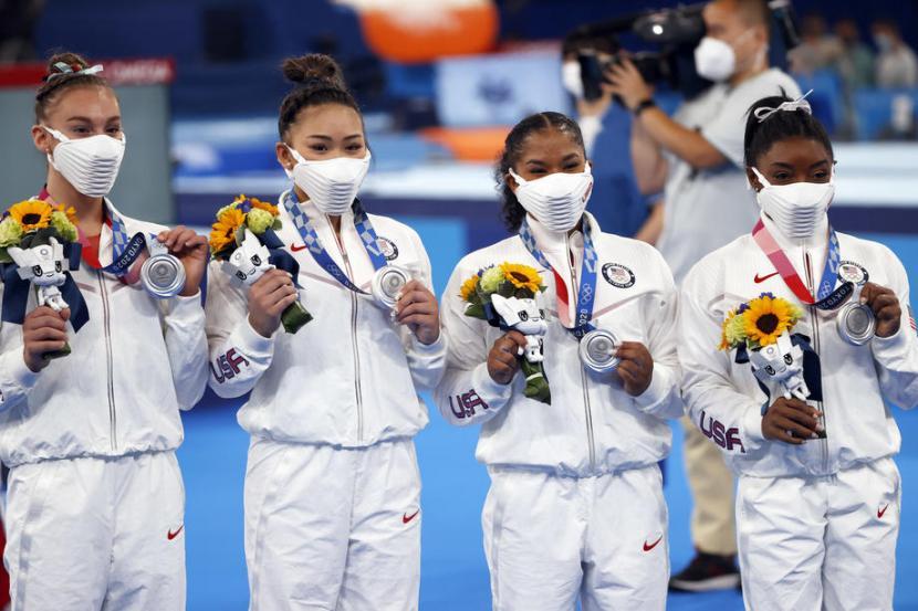 Atlet senam Amerika Serikat tampak menggunakan masker produksi Nike di Olimpiade Tokyo. Warganet terbelah saat mengomentari masker tersebut.