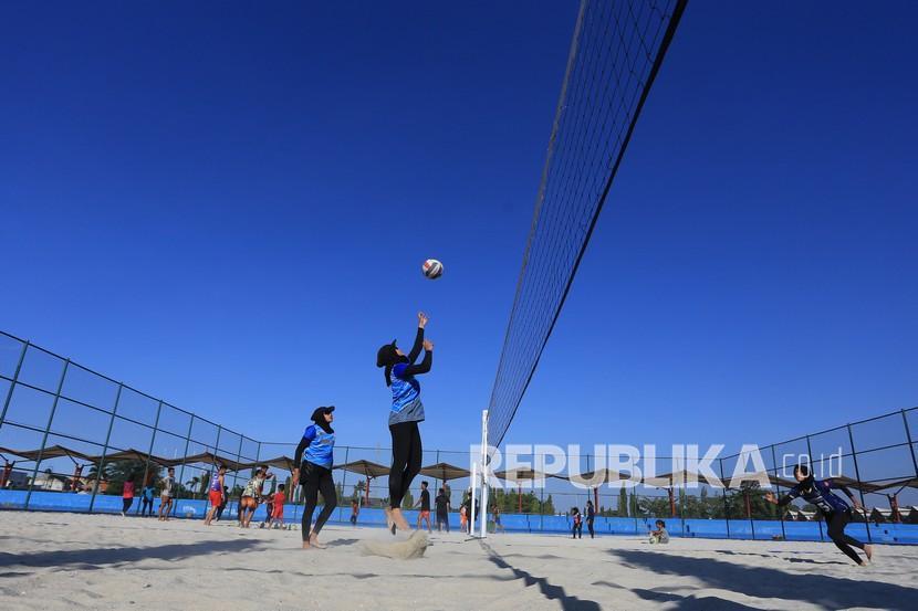 Atlet voli pasir putri Jawa Barat Nova mengembalikan bola saat latihan di Sport Center, Indramayu, Jawa Barat, Jumat (10/9/2021). Tim voli pasir putri Jawa Barat memusatkan latihan secara intensif menjelang PON Papua.