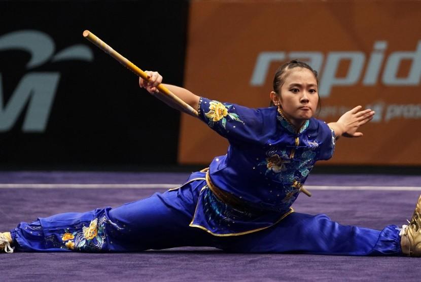 Atlet wushu Indonesia Felda Elvira Santoso memperagakan jurus saat bertanding dalam nomor gunshu wushu putri SEA Games XXIX Kuala Lumpur di Kuala Lumpur Convention Centre, Malaysia, Minggu (20/8).