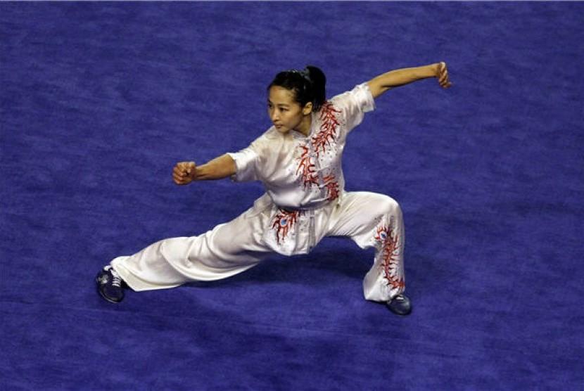 Atlet Wushu Indonesia, Susyana Tjhan, beraksi dalam babak Final nomor Chang Quan putri SEA Games 2011.