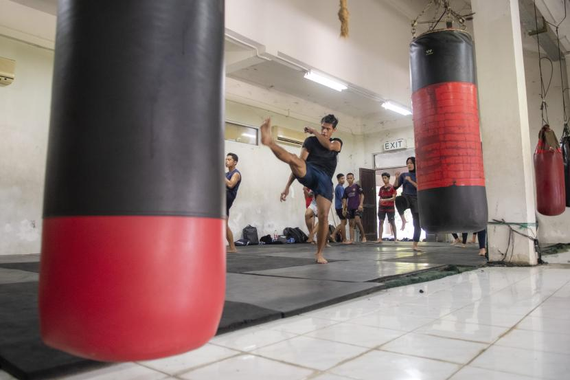 Atlet Wushu Sumatera Selatan Firand Andista (tengah) berlatih menyongsong PON XX Papua.