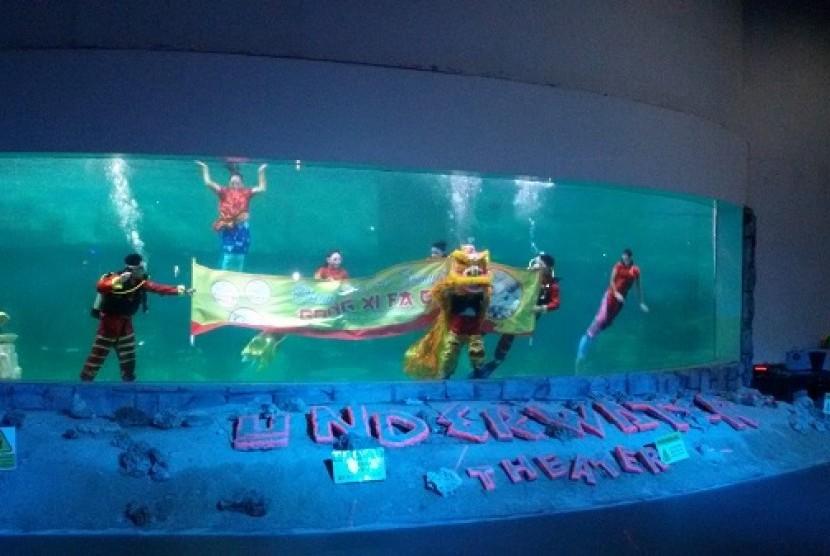 Atraksi Barongsai di dalam air, Ocean Dream Samudra Ancol, Sabtu (21/2)