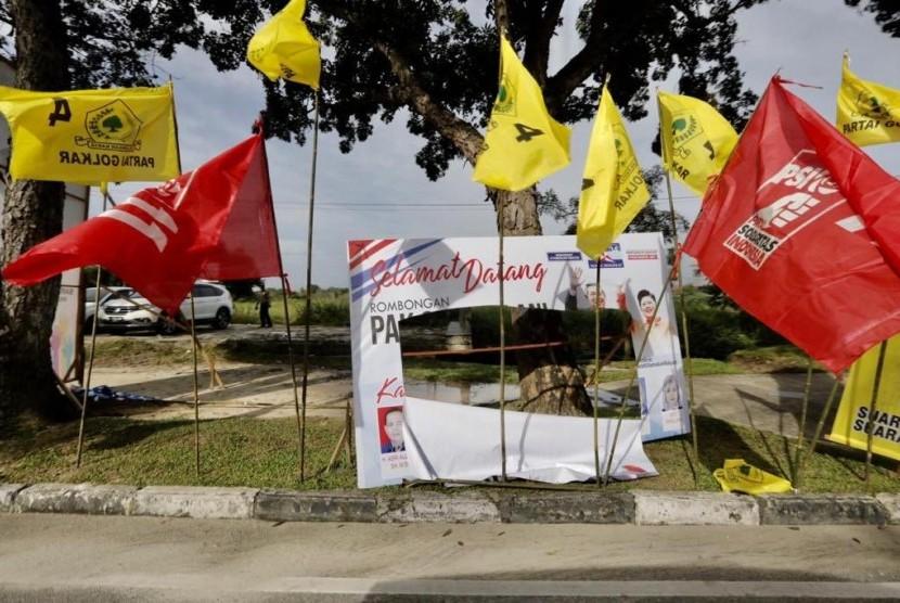 Atribut kampanye Partai Demokrat di Riau, Pekanbaru yang dirusak.