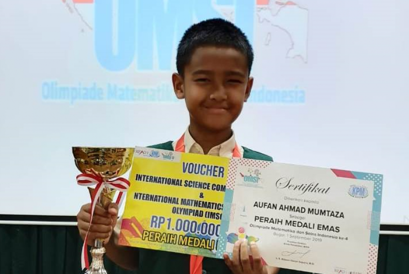 Aufan Ahmad Mumtaza peraih medali emas dan 1 Trophy Best Overall di ajang OMSI ke-4 yang diselenggarakan Klinik Pendidikan MIPA.