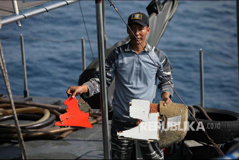 Awak KRI Kobra 867 menunjukan serpihan sisa pesawat Lion Air JT 610 di lokasi jatunya pesawat di perairan Laut Jawa, Senin (29/10)